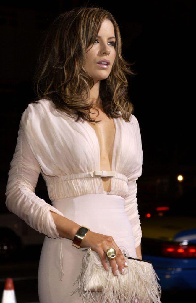 Кейт Бекинсейл фото в белом платье