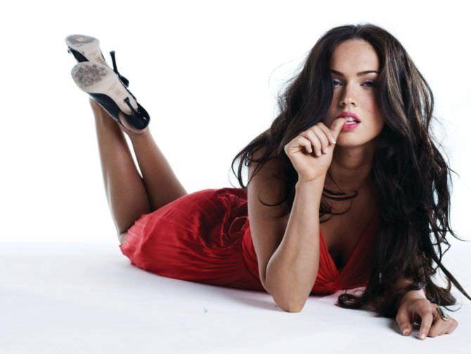 Меган Фокс фото в красном платье