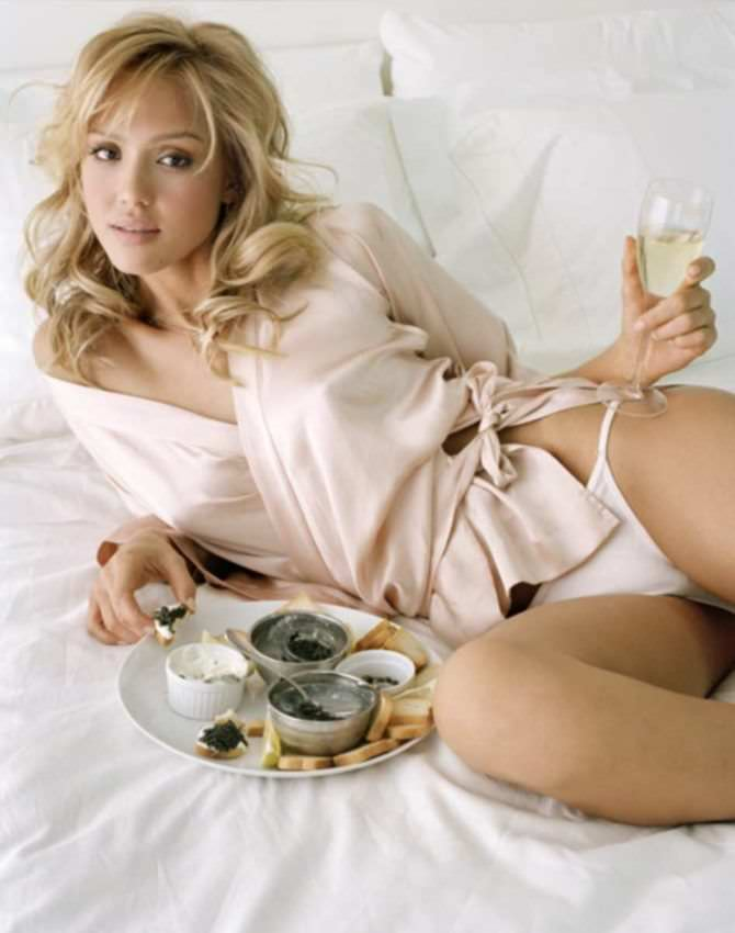 Джессика Альба фото в халатике