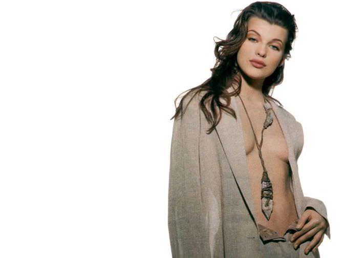 Милла Йовович фотография в пиджаке
