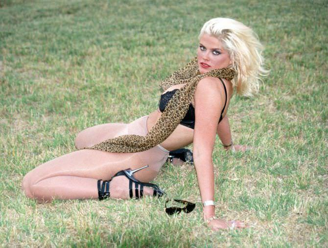 Анна Николь Смит фото со змеёй