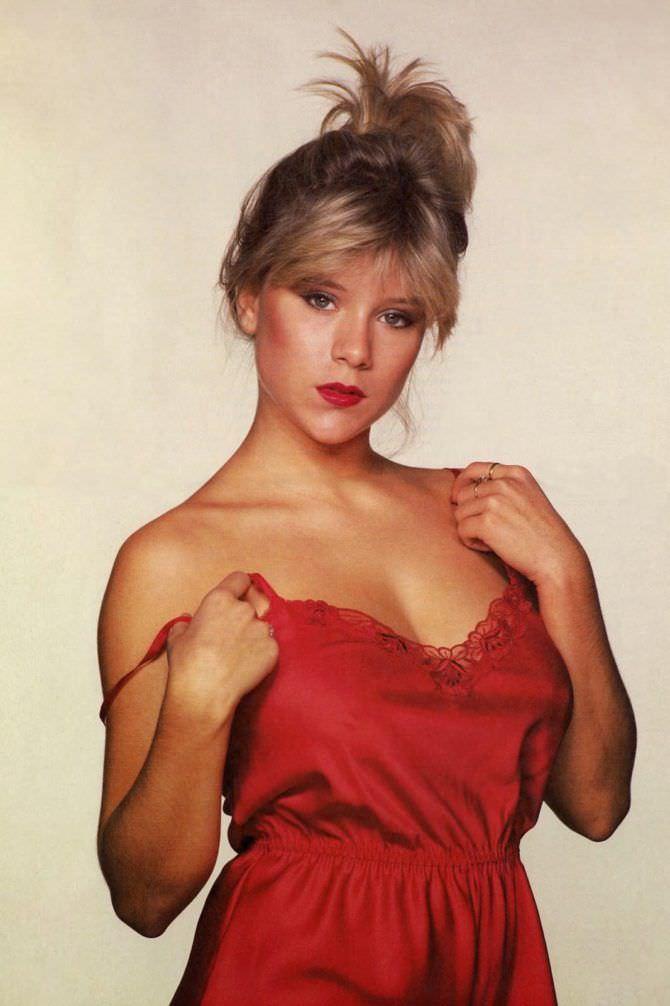 Саманта Фокс фото в красной сорочке