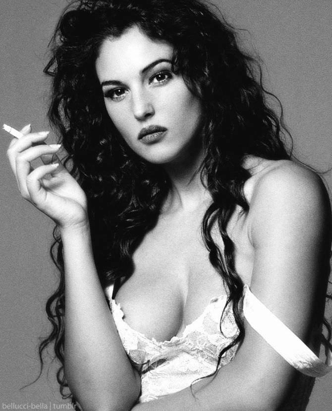 Моника Беллуччи фото с сигаретой