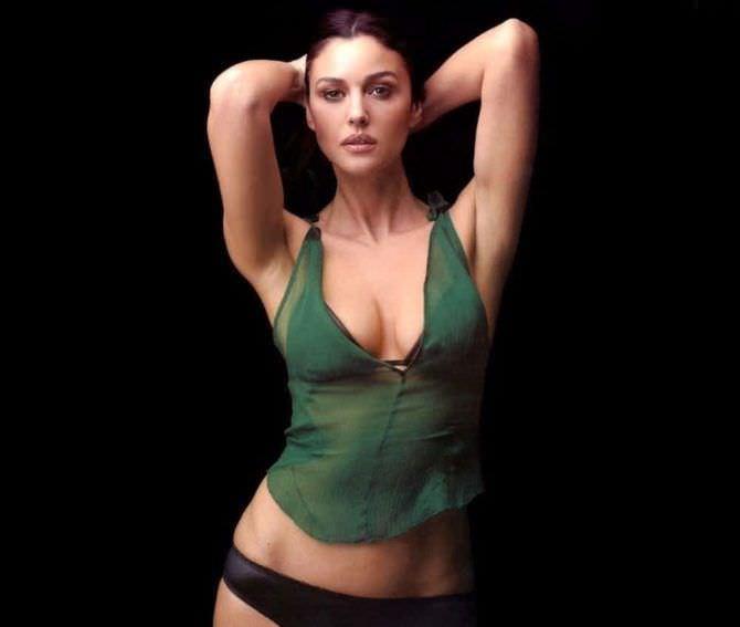 Моника Беллуччи фото в зелёной майке