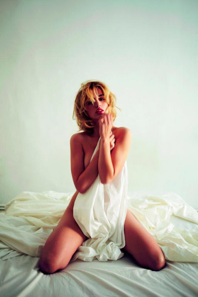 Ана де Армас фото с простынёй