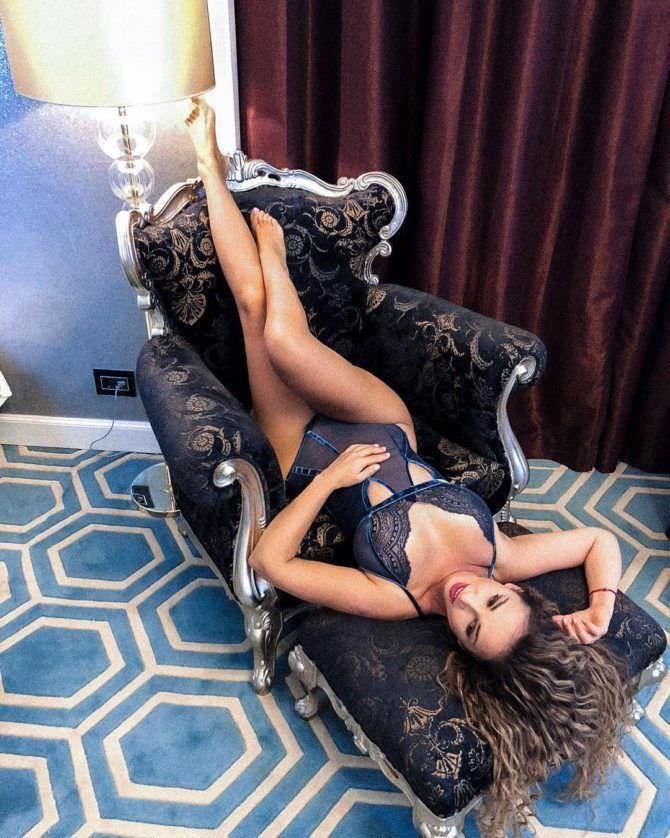 Анфиса Чехова фото на кресле