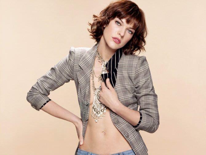 Милла Йовович фото в сером пиджаке