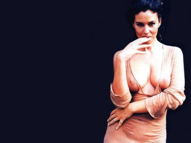 Моника Беллуччи фото в бежевом платье
