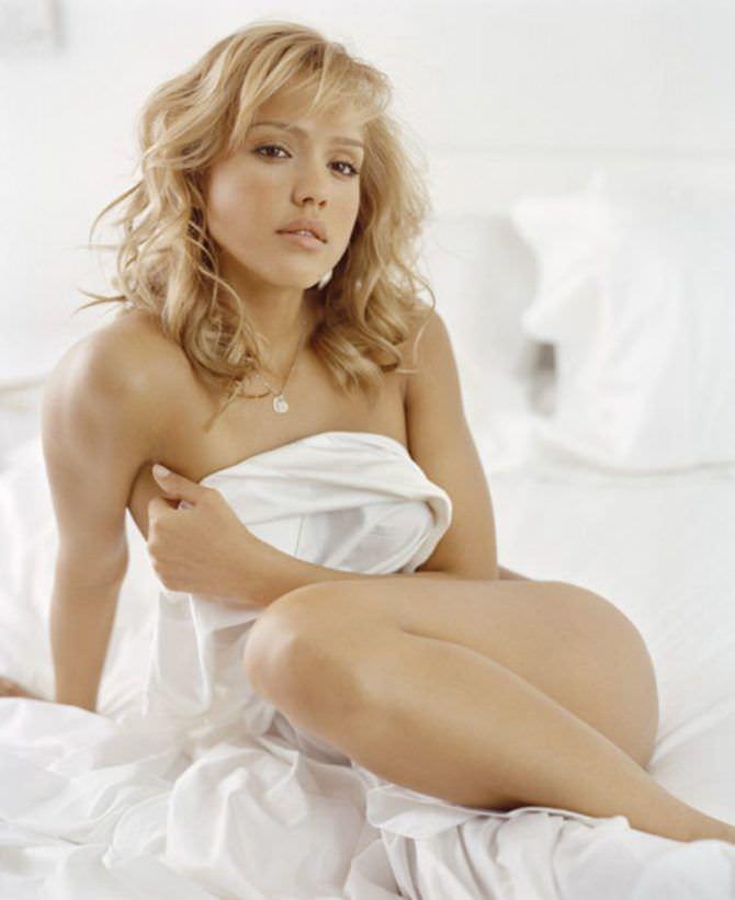 Джессика Альба фото в постели