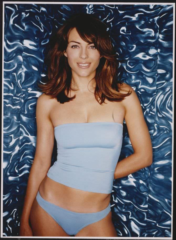 Элизабет Хёрли фото в голубой майке