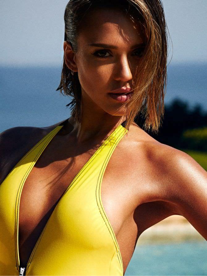 Джессика Альба фото в жёлтом купальнике