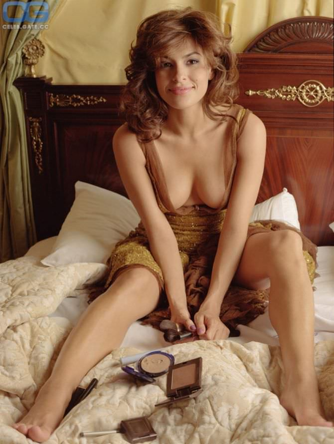 Ева Мендес фото на кровати в платье