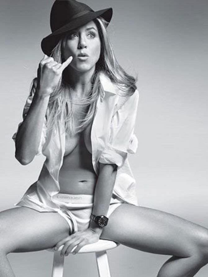 Дженнифер Энистон фото в шляпе и рубашке