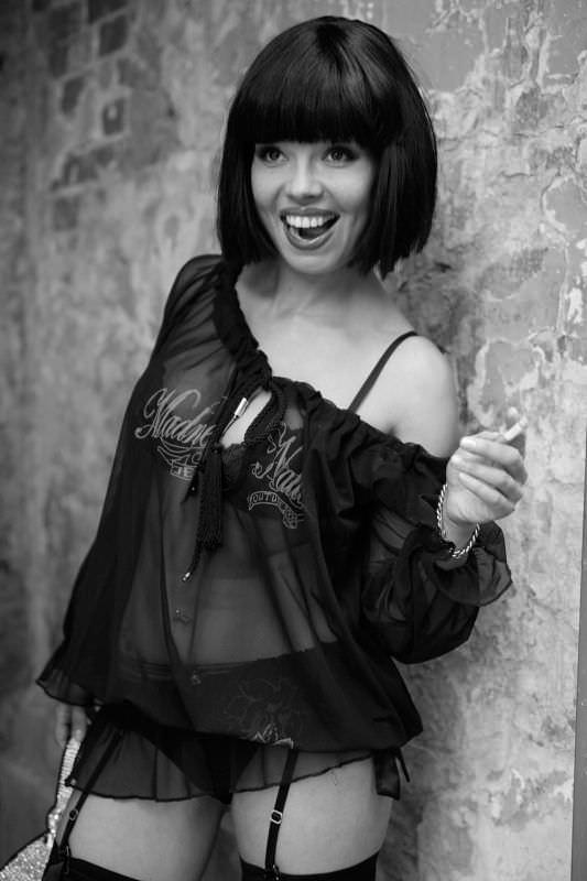 Карина Зверева фото с чёрными волосами