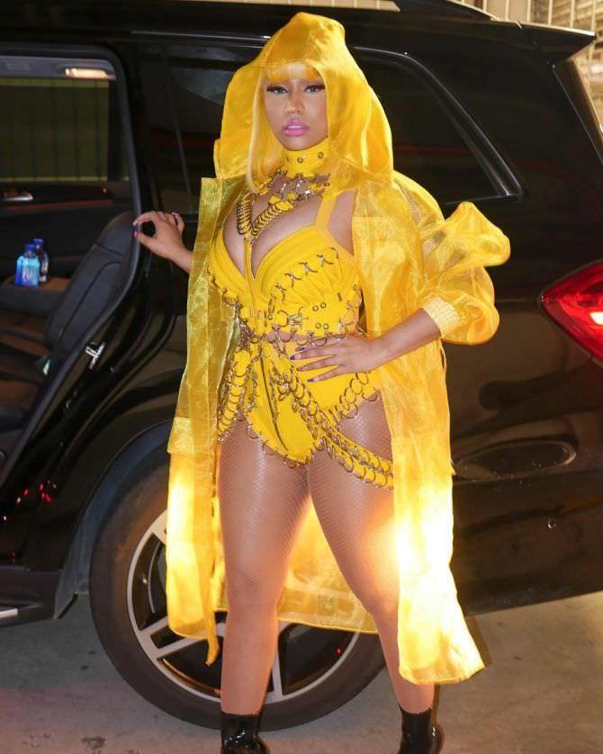 Ники Менаж фото в жёлтом