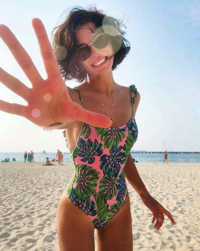 Алина Астровская фото в купальнике на пляже