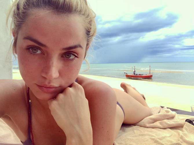 Ана де Армас фото на пляже