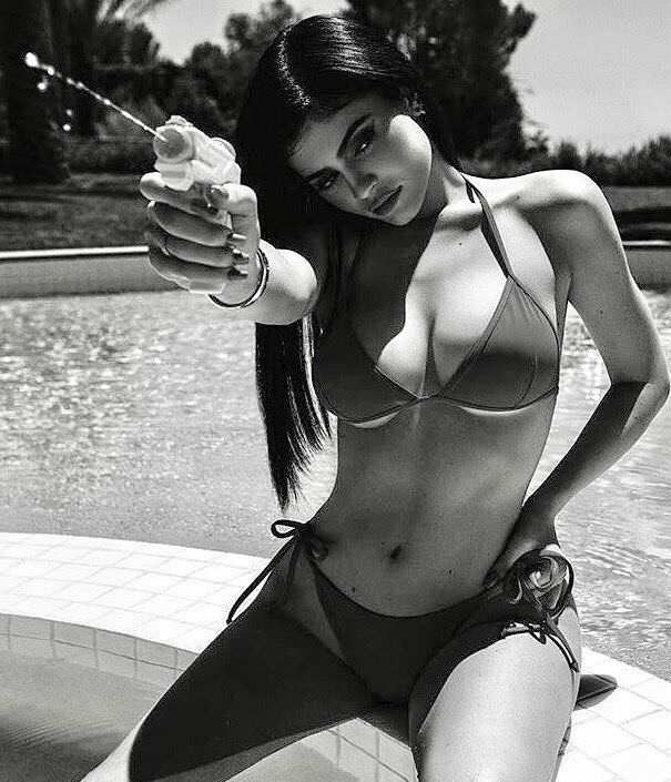Кайли Дженнер фото с водяным пистолетом