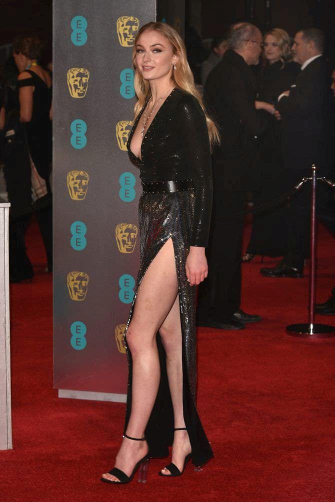 Софи Тёрнер фото в вечернем платье