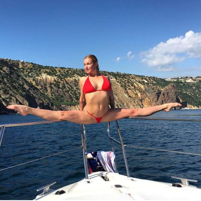 Анастасия Волочкова фото в красном купальнике
