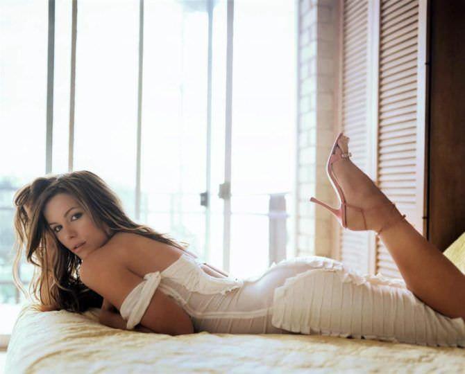 Кейт Бекинсейл фото у окна