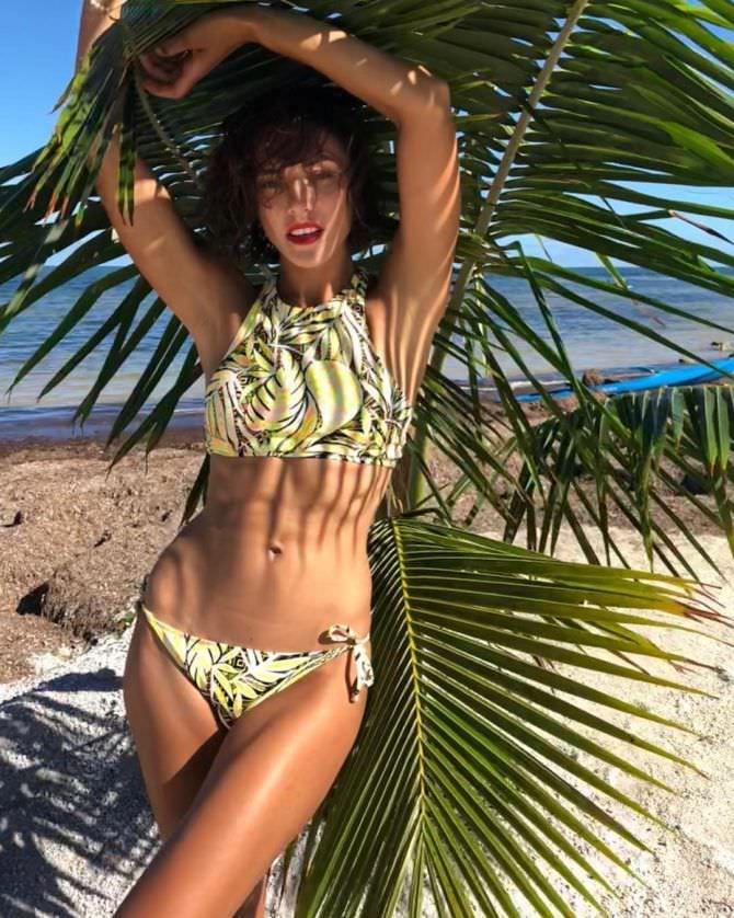 Алина Астровская фото под пальмой