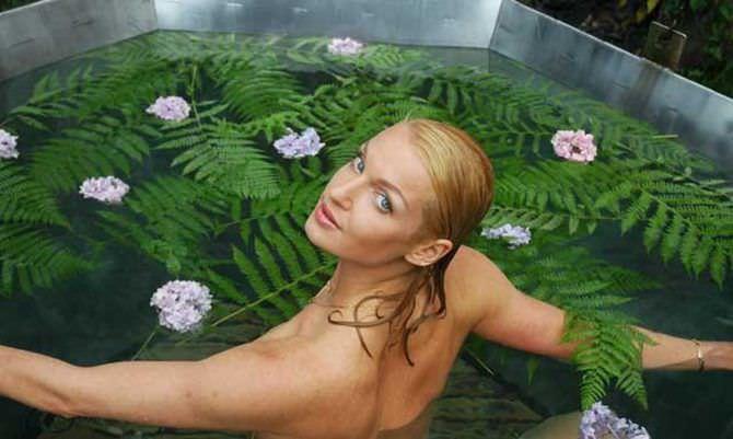 Анастасия Волочкова фотография в цветочной ванне