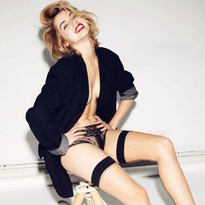 Ана де Армас фотография в пиджаке