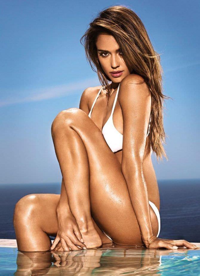 Джессика Альба фотография в белом купальнике