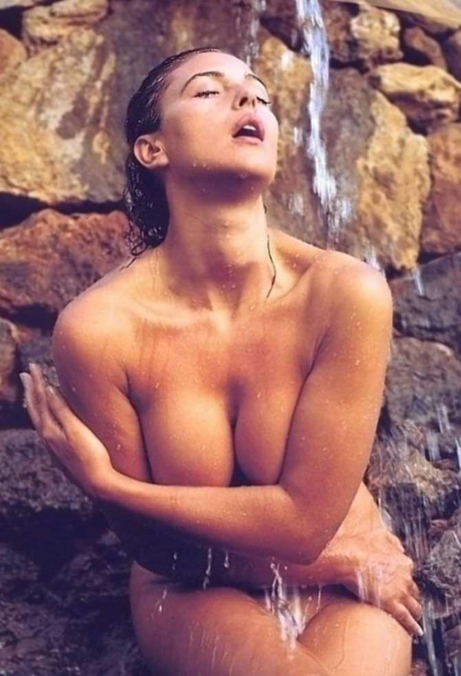 Моника Беллуччи фото в водопаде