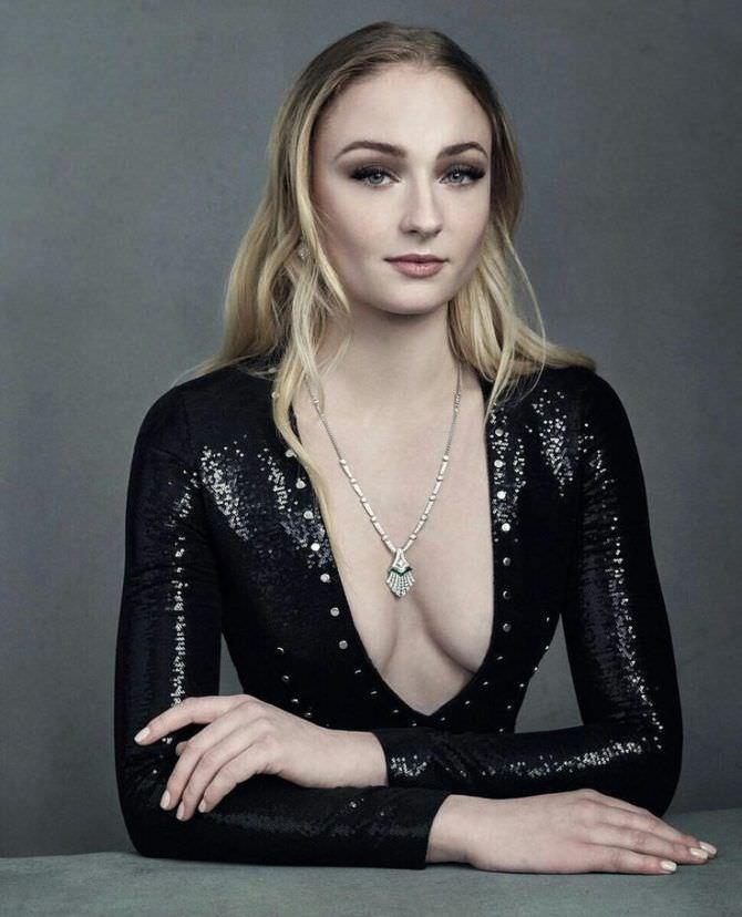 Софи Тёрнер фото в откровенном платье