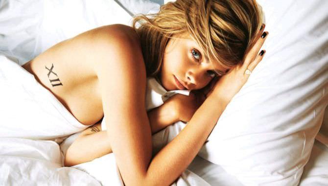 Кара Делевинь фото под одеялом