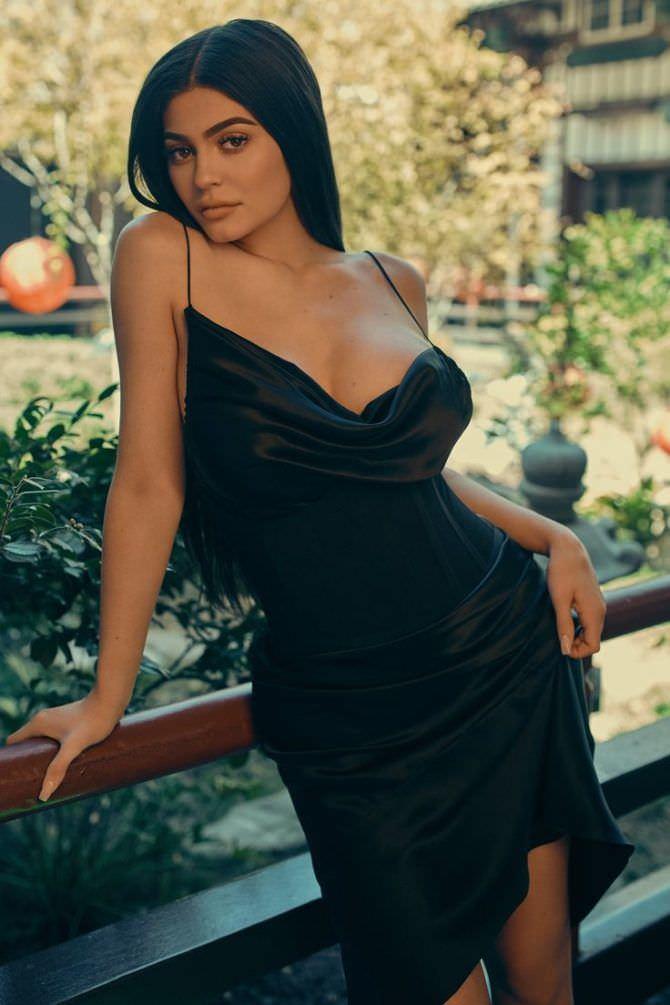Кайли Дженнер фото в чёрном платье