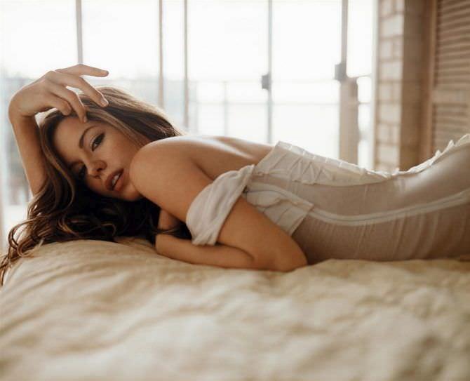 Кейт Бекинсейл фото на постели