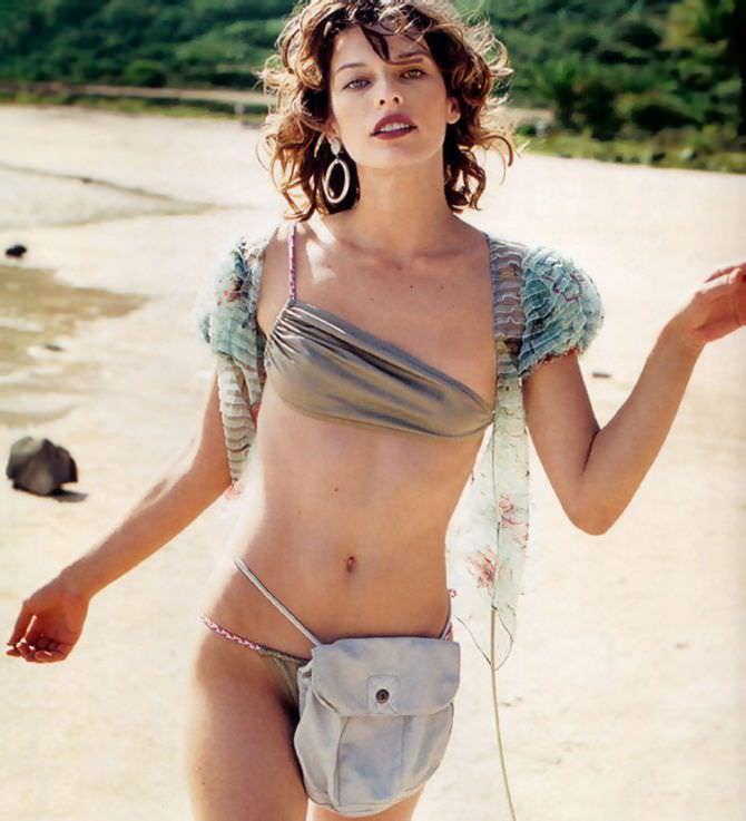 Милла Йовович фото на пляже
