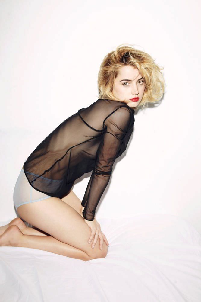 Ана де Армас фото в прозрачной блузке