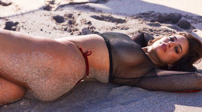 Эшли Грэм фото на песке