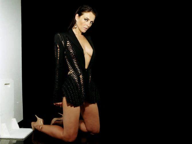 Элизабет Хёрли фото в чёрной кофте