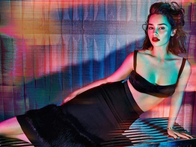 Эмилия Кларк фото в юбке