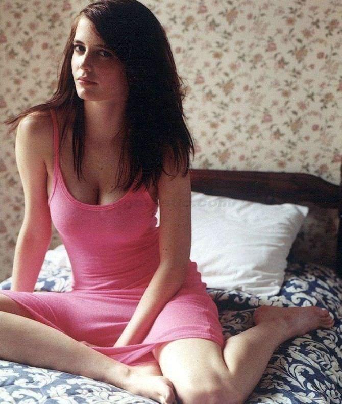 Ева Грин фото в платье на постели