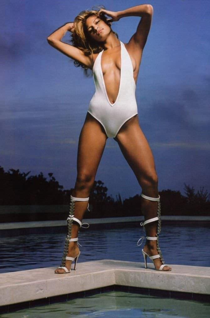 Ева Мендес фотография в белом купальнике