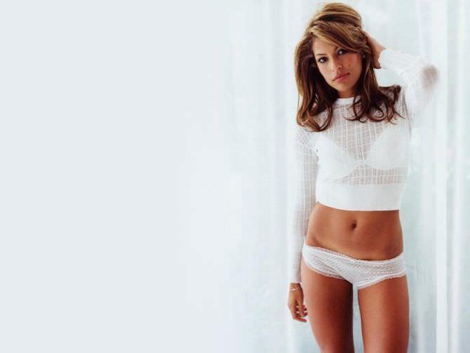 Ева Мендес фото в белой кофте