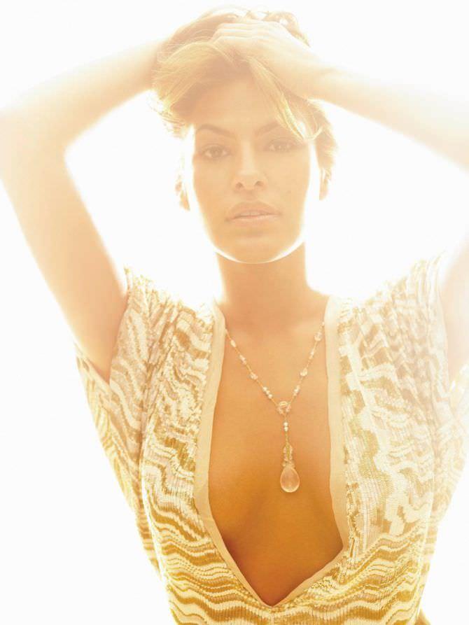 Ева Мендес фото в ажурной блузке