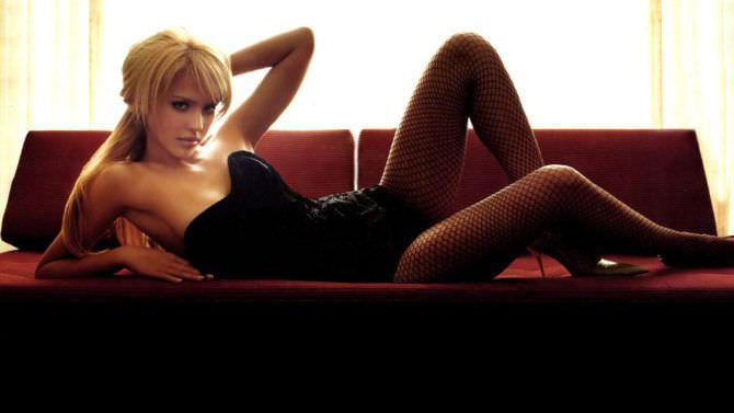 Джессика Альба фото на диване