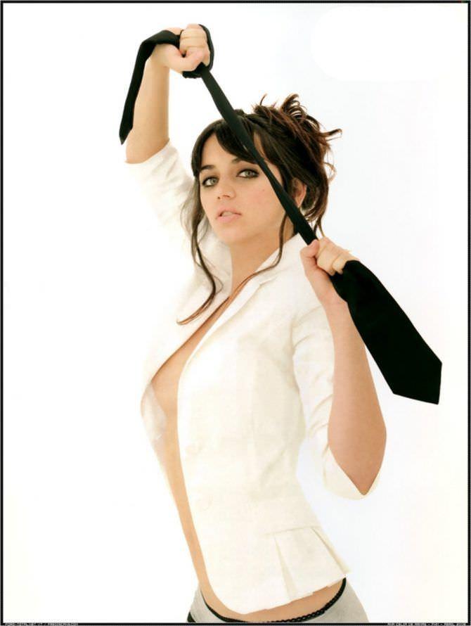 Ана де Армас фото с галстуком