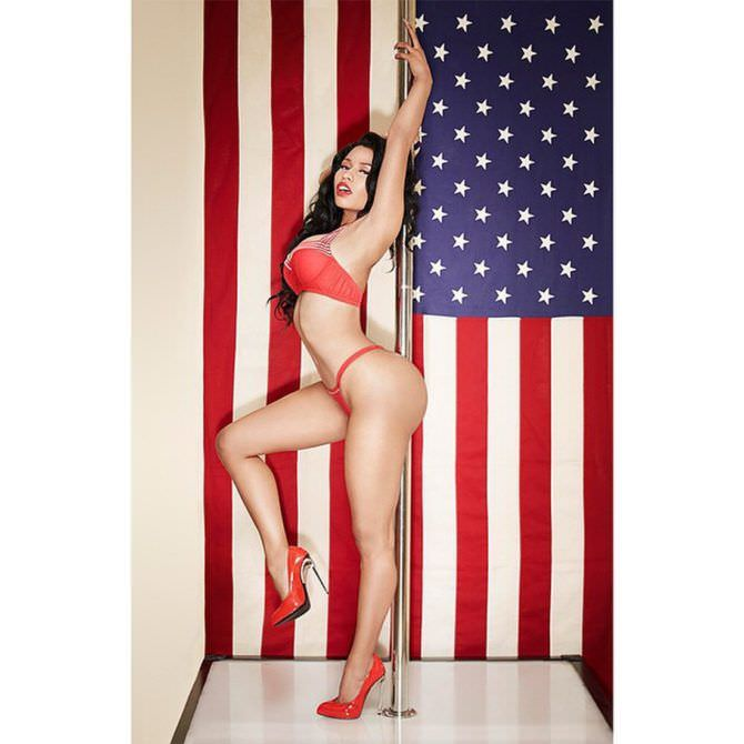 Ники Менаж фото с флагом