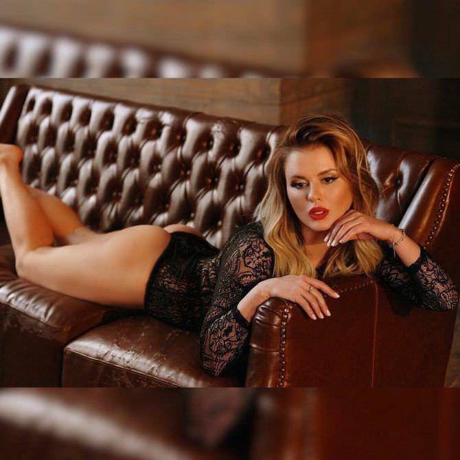 Анна Семенович фото на диване