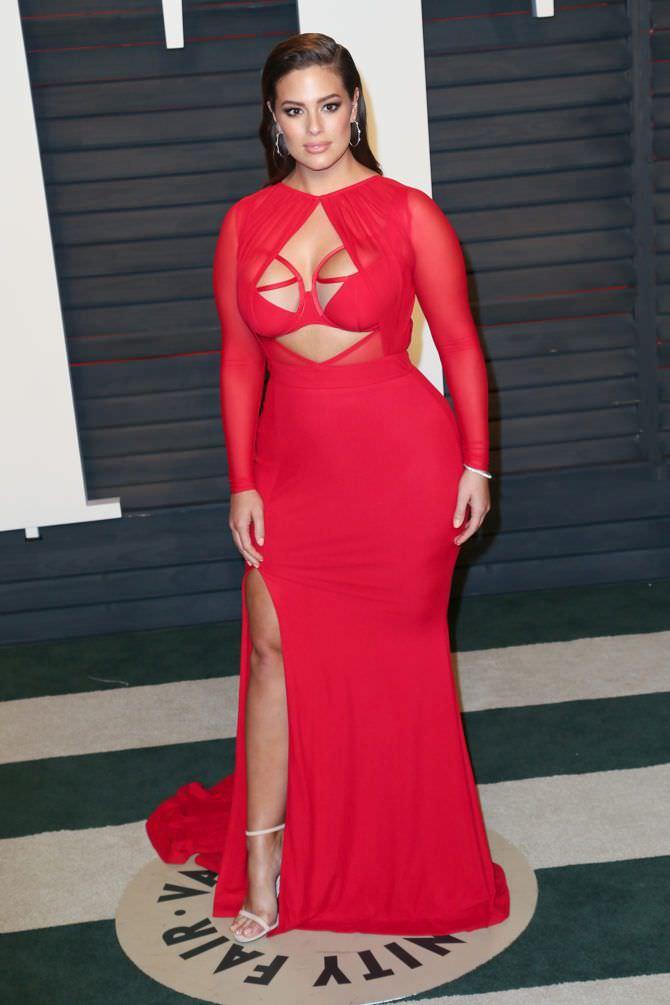 Эшли Грэм фото в красном платье