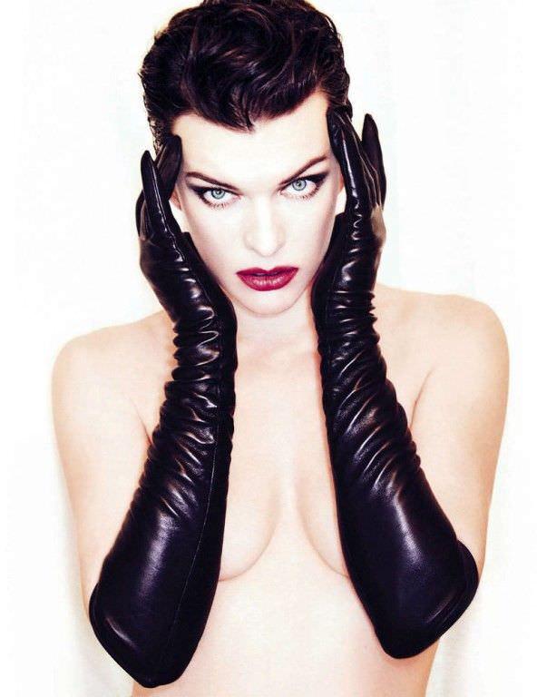 Милла Йовович фото в чёрных перчатках