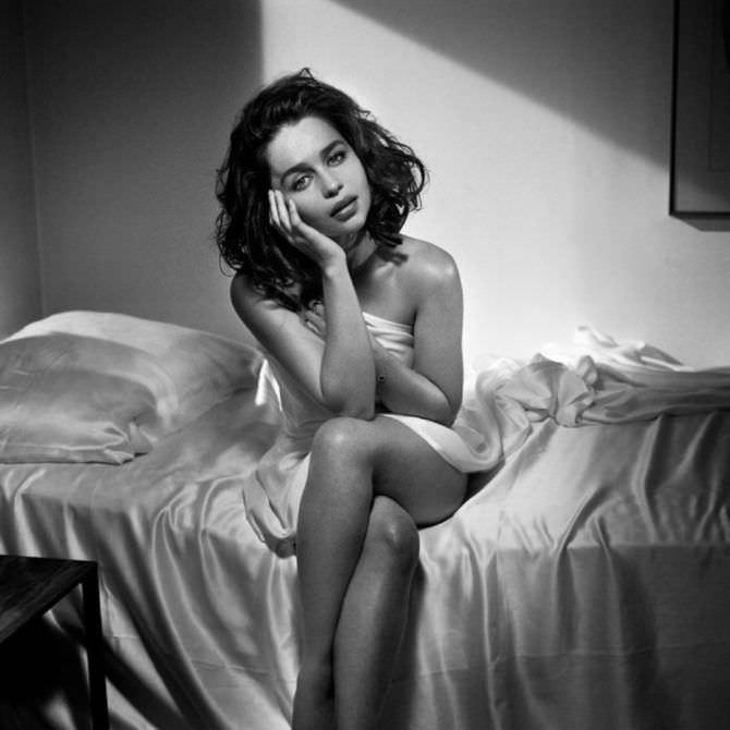 Эмилия Кларк чёрно-белое фото в журнале